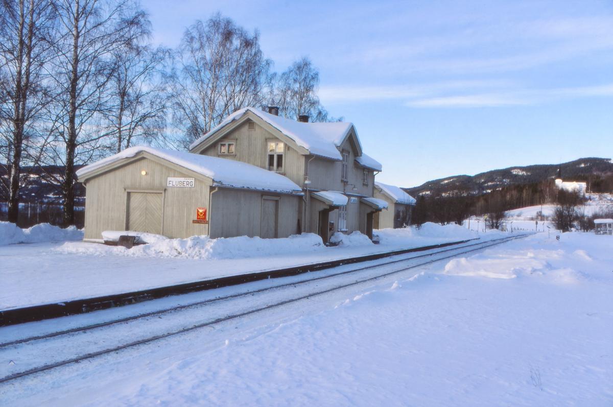Fluberg stasjon, Valdresbanen, med Fluberg kirke i bakgrunnen.