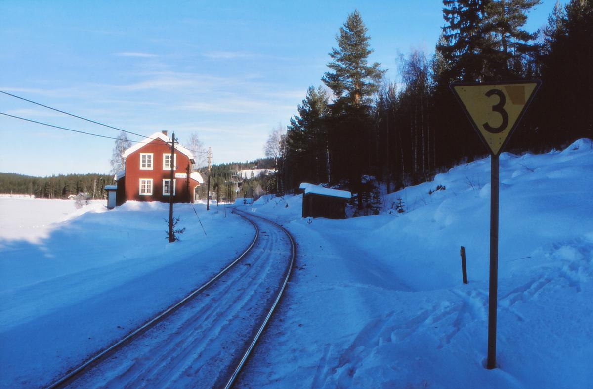 Trevatn holdeplass, tidligere stasjon, på Valdresbanen. Hastighetssignal som viser at hastigheten skal ned til 35 km/t. Dressinbu. Feriested for jernbanepersonale.