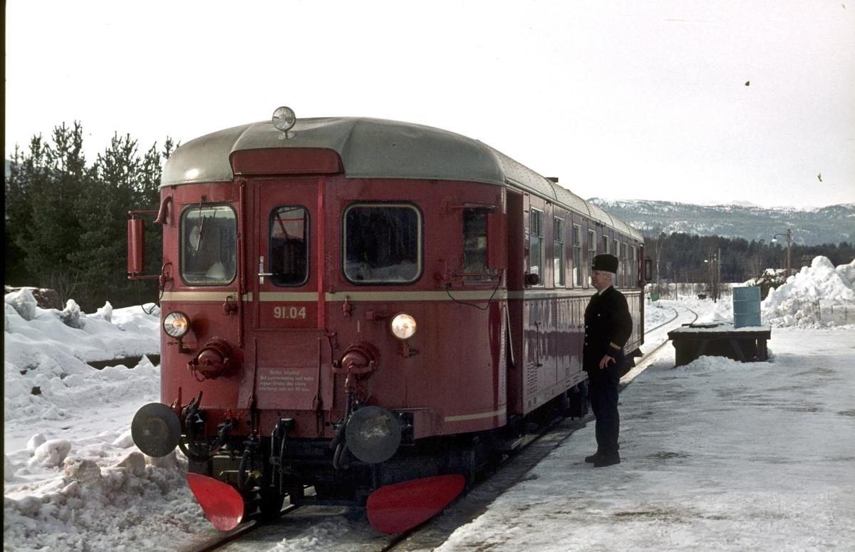 Togekspeditøren på Flesberg stasjon slår av en prat med lokomotivføreren på toget til Kongsberg. NSB diesemotorvogn BM 91 04. Numedalsbanen, Numedal.