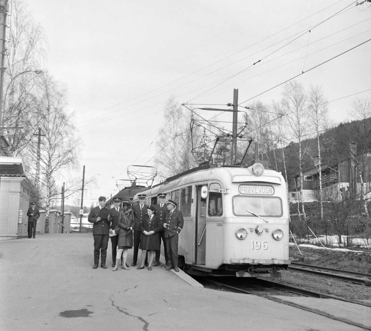 """Oslo Sporveiers """"Gullfisk"""" type B1 nr. 196 på Kolsås stasjon."""