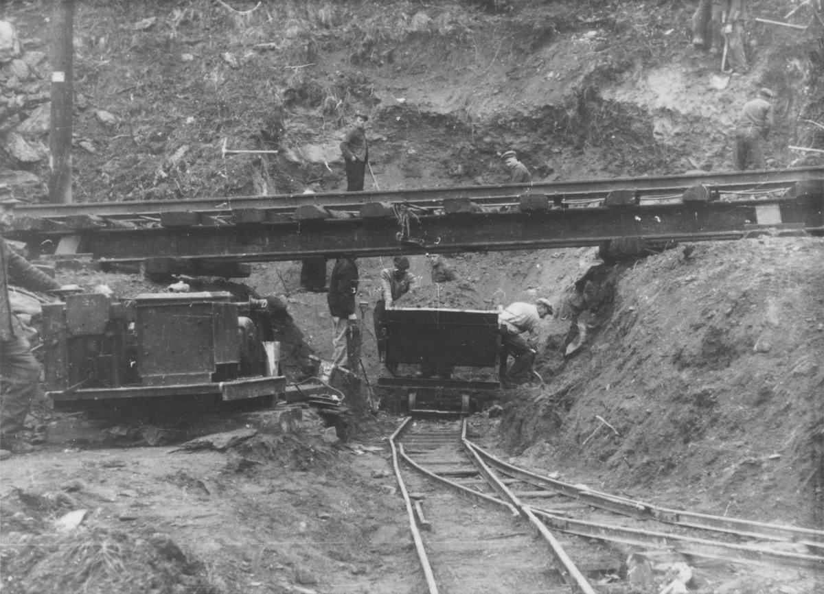 Arbeid med fjerning av masse i forbindelse med bygging av tunnel i Klinglien.