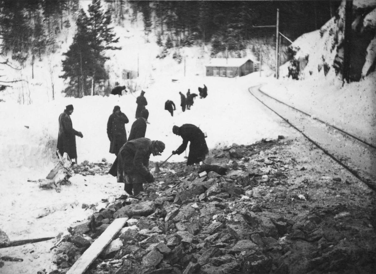 Krigsfanger i arbeid ovenfor tunnelen i Klinglien.