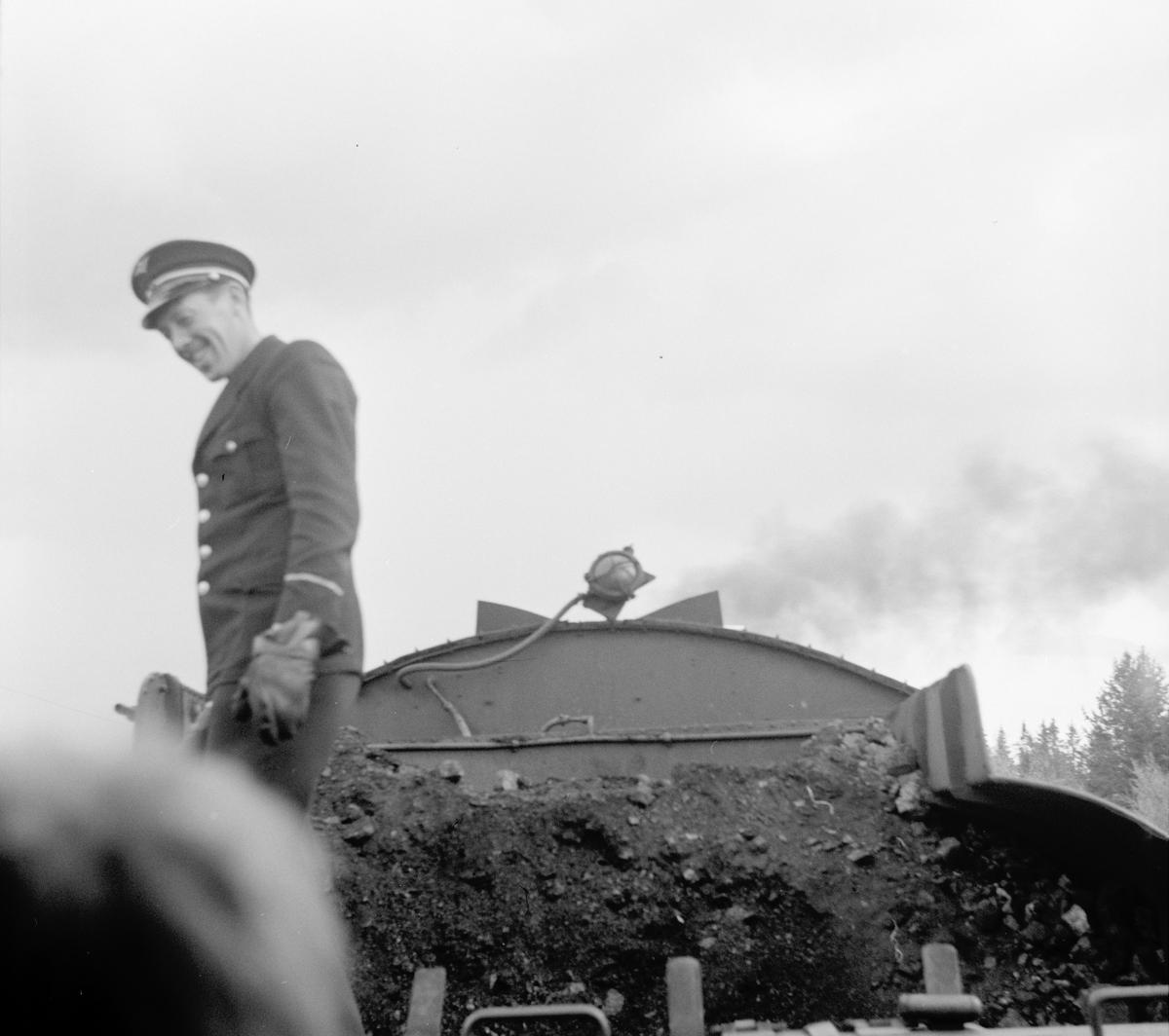 Fyrbøteren skuffer frem kull på lok type 26c 411 på veterantogturen Kongsvinger-Hamar for A/L Hølandsbanen og Svenska Järnvägsklubben.
