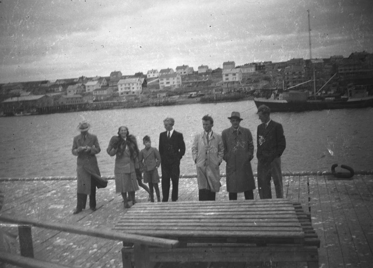 Dampskipskaia i Vadsø etter krigen. Personene på bildet er, fra venstre: Leif Hauge, Frida Hauge, Rolf Hauge, Tobjørn Pedersen, ukjent, Aune(fornavn ukjent) og Johnsen(fornavn ukjent)