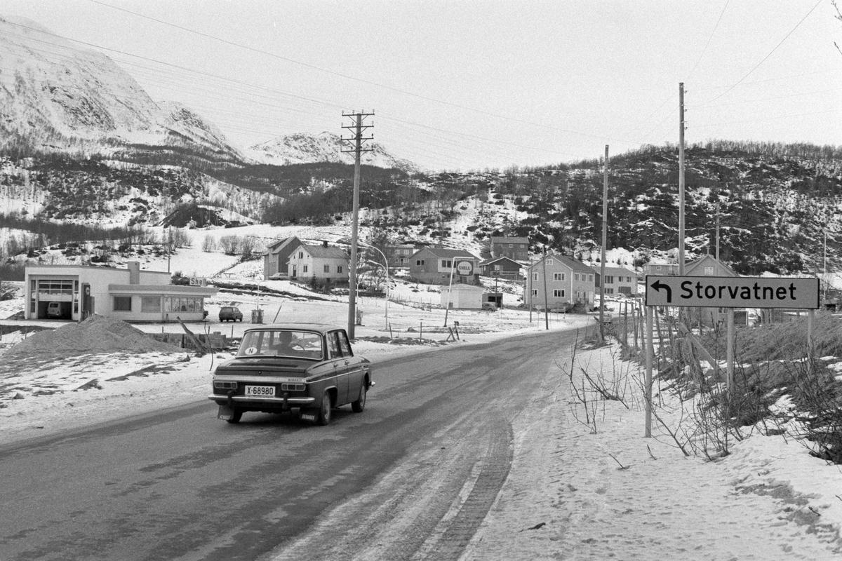 Vegkrysset i Sørvik. Bensinstasjon i bakgrunnen, bil og veiskilt i forgrunnen.