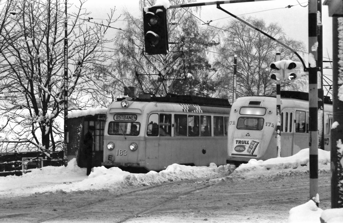 Gullfisker møtes ved Furulund på Lilleakerbanen under oljekrisen i 1973. Oslo sporveier A/S. Det var kjøreforbud for biler.