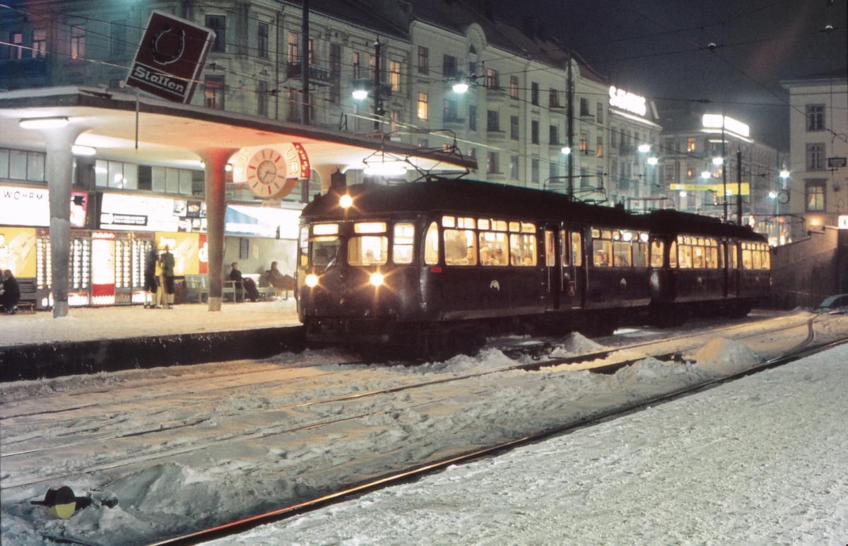 Majorstuen stasjon med C-tog til Kolsås. Oslo Sporveier, Holmenkolbanen.