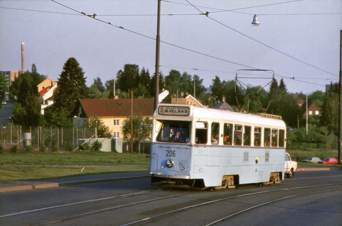 Høka-vogn 206 i rute 11 til Kjelsås i Grefsenveien mellom Disen og Sanatoriet. Kjelsåsbanen, Oslo Sporveier.