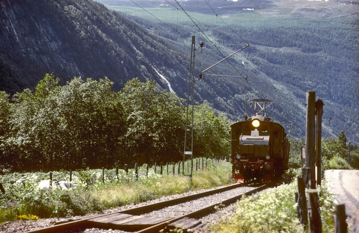 Rjukanbanen. Godstog Rjukan - Mæl med elektrisk lokomotiv RjB 14 (NSB El 1 2001) i Vestfjorddalen.