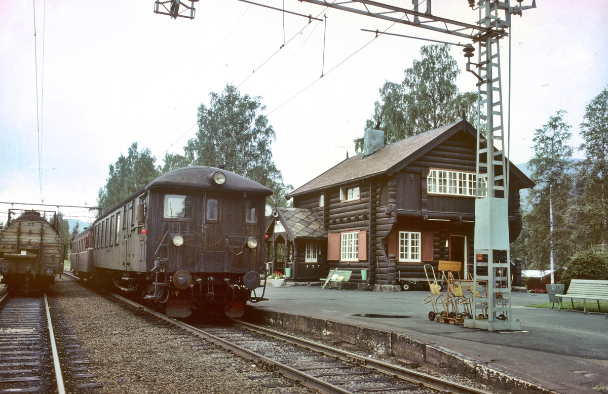 Persontog til Notodden og Nordagutu på Tinnoset stasjon. Styrevogn NSB type 65.