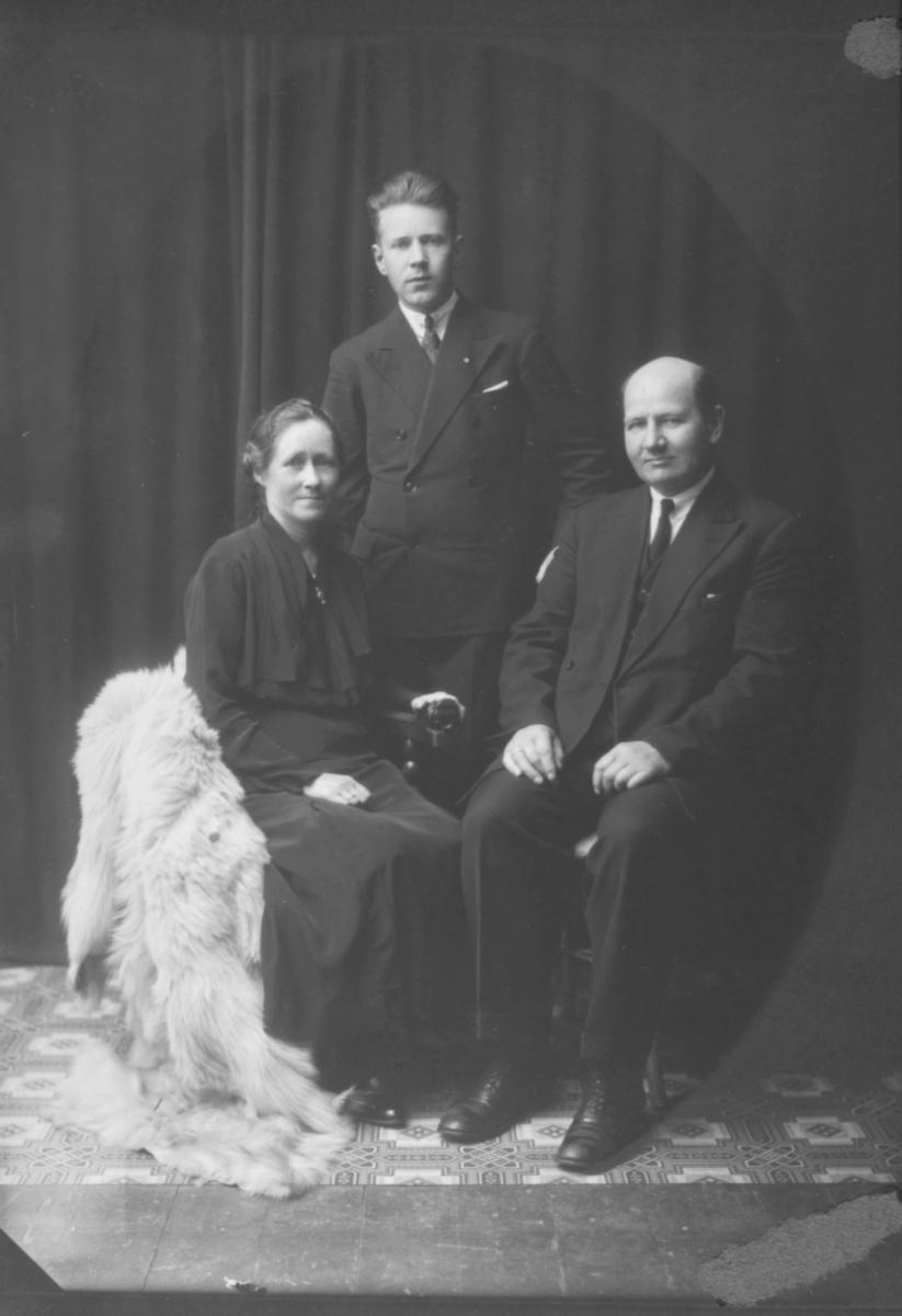 Portrett fra komponisten og organisten Godtfred Pedersen med foreldrene sine, Edvard Og Sofie Pedersen.
