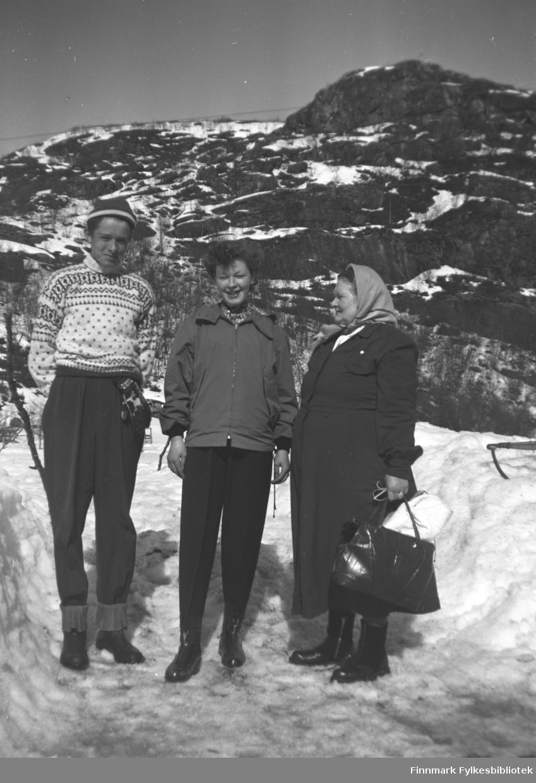 Påskestemning på Mikkelsnes, ca. 1958-1965. Fra venstre: Søskenbarna Bjørn Mikkola og Grete Lill Olsen. Til høyre bestemor Kathinka Mikkola