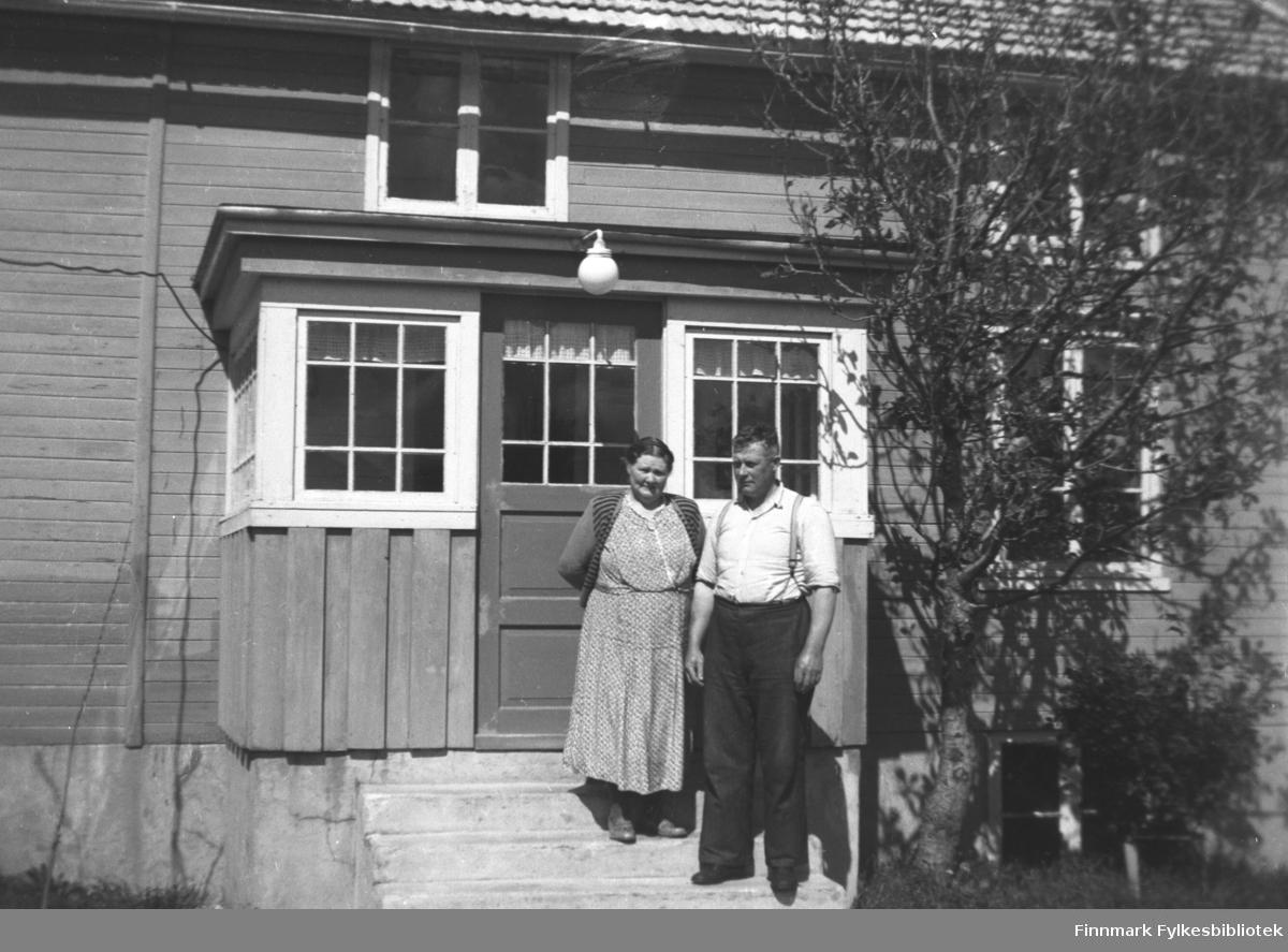 Kathinka Mikkola og broren Ditlef Yttergård på trappa utenfor et hus. Bildet kan være tatt i Skjelfjord i Lofoten