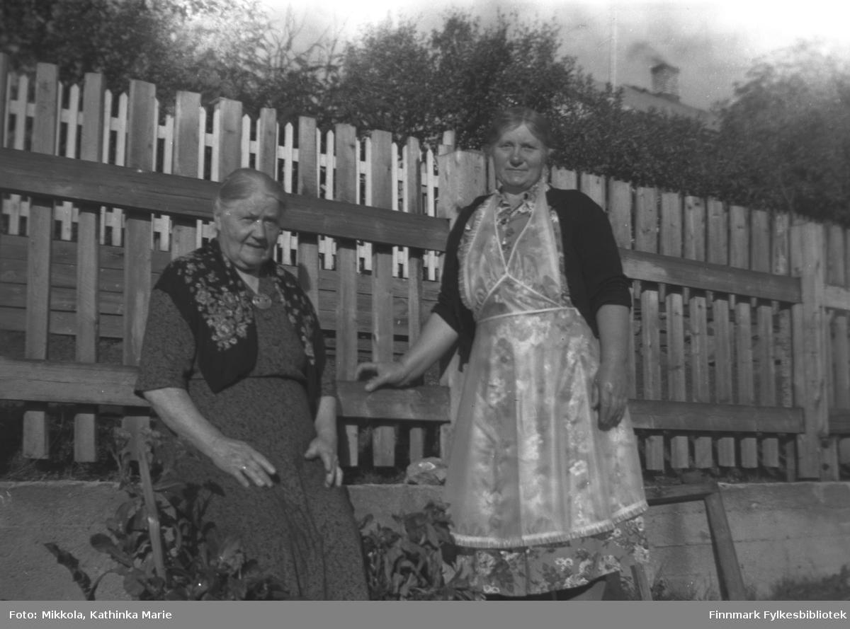 Ida Angel (til venstre) og en ukjent kvinne i en hage. Bildet kan være tatt i Kirkenes eller Vadsø antakelig ved samme anledning som 05007-002