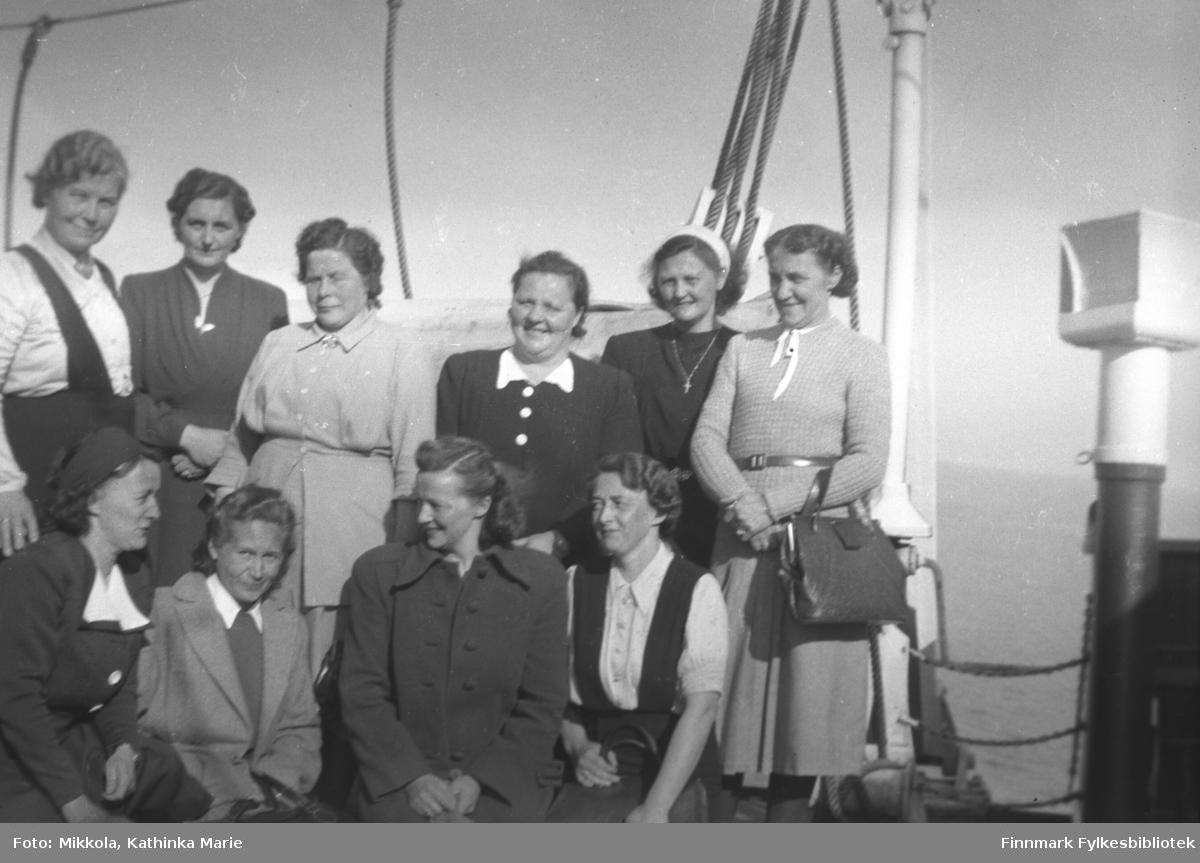 En gruppe kvinner på hurtigruta. Dette kan være medlemmer av Neiden helselag på tur