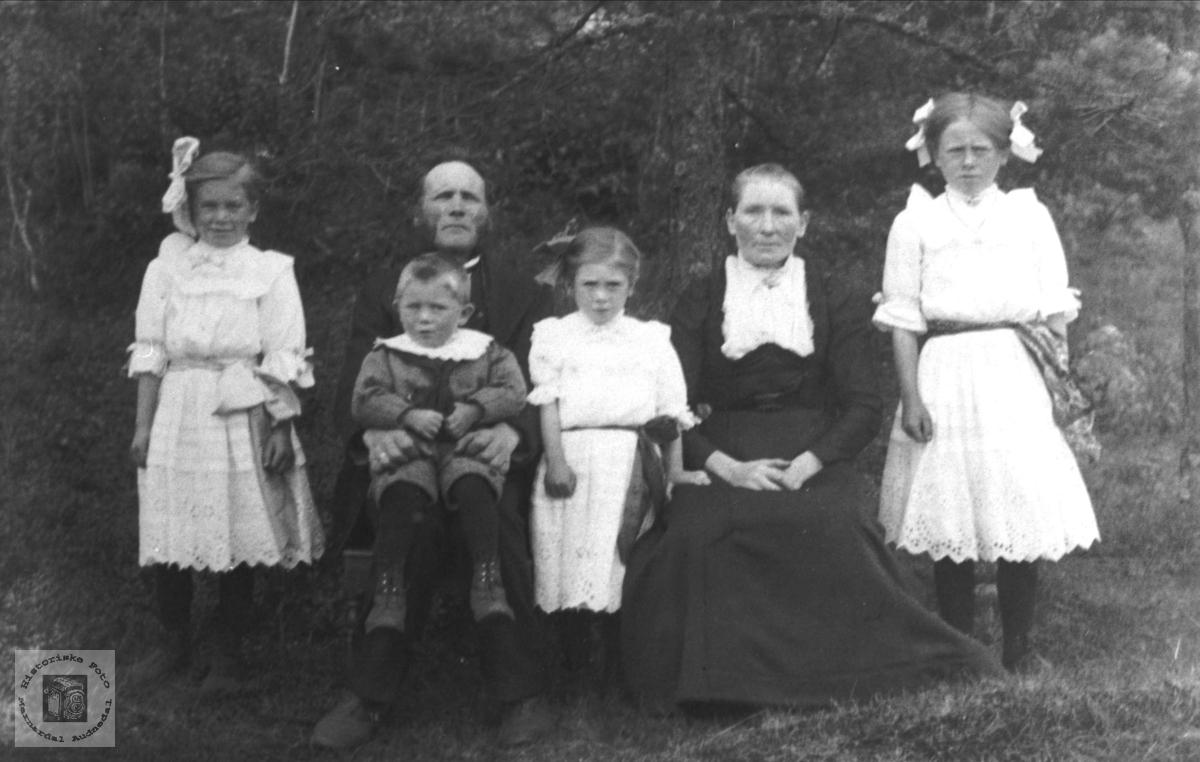 Gruppeportrett av Ole Pederson Midtbø med familie
