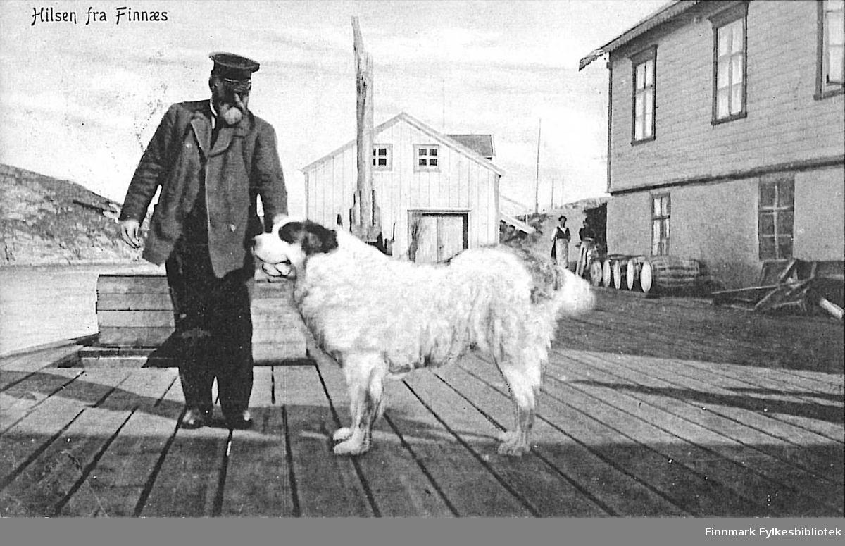 Postkort med motiv fra havna på Finnsnes eller Finnæs. Noe usikkert av stedet? Kortet er en jule- og nyttårshilsen til Kirsten Buck på Hasvik og er sendt fra Ingøy i 1913.