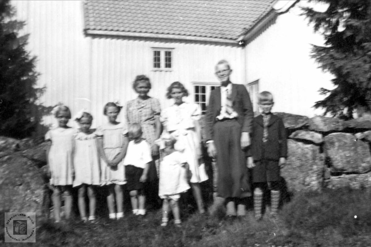 En ungdommelig flokk utenfor Bjelland kirke.