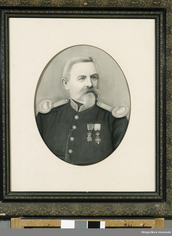 I følge merking er det oberst Seip Nærstad som er avbildet. Bildet er trolig en tegning (trykk). Giver av bildet er Anne Marie Rua som ga det til museet i 1987.