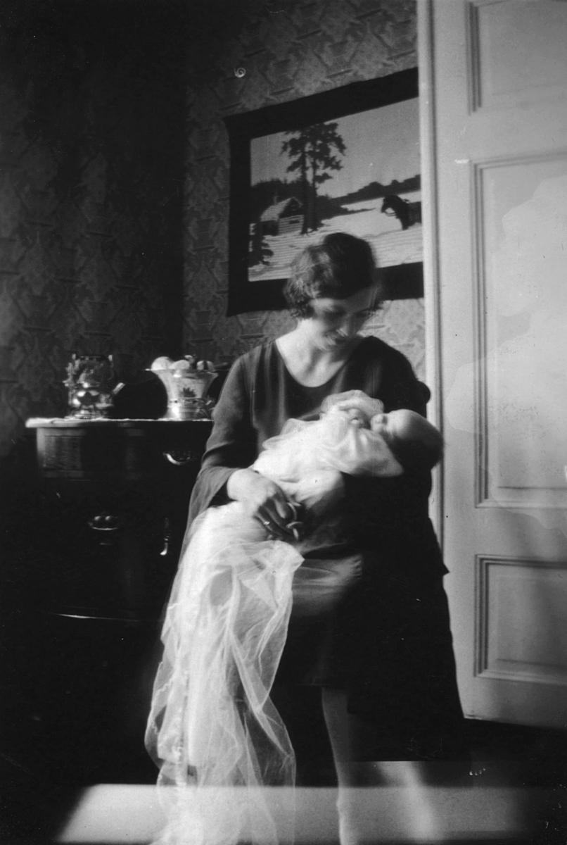 Tor Hauge på dåpsdagen 9. august 1931 og Alfrida Amundsen (mor til Tor), inne i leiligheten i Aarsæther huset