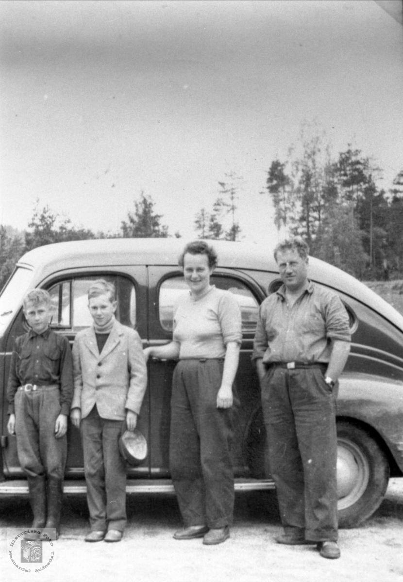 Klar for køyretur i amerikansk bil. Bilen er trolig en Dodge, 1939 modell.