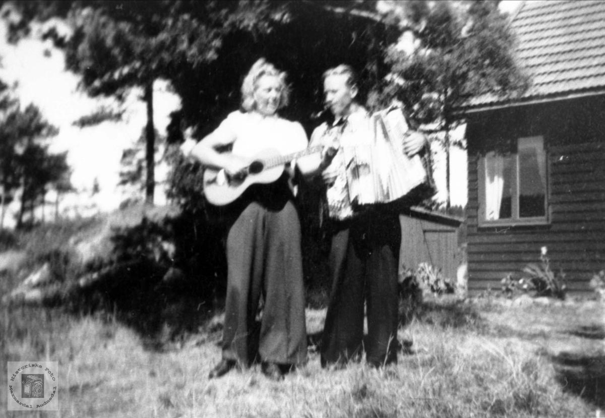 Et musikk-par spiller sammen.