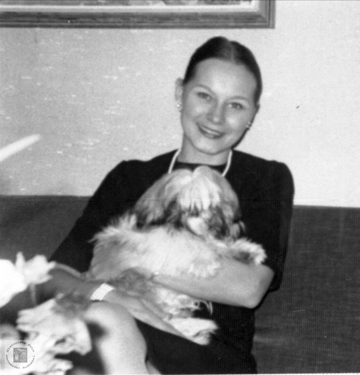 """Eva Britt med eitt av """"kjæledyra"""" sine."""