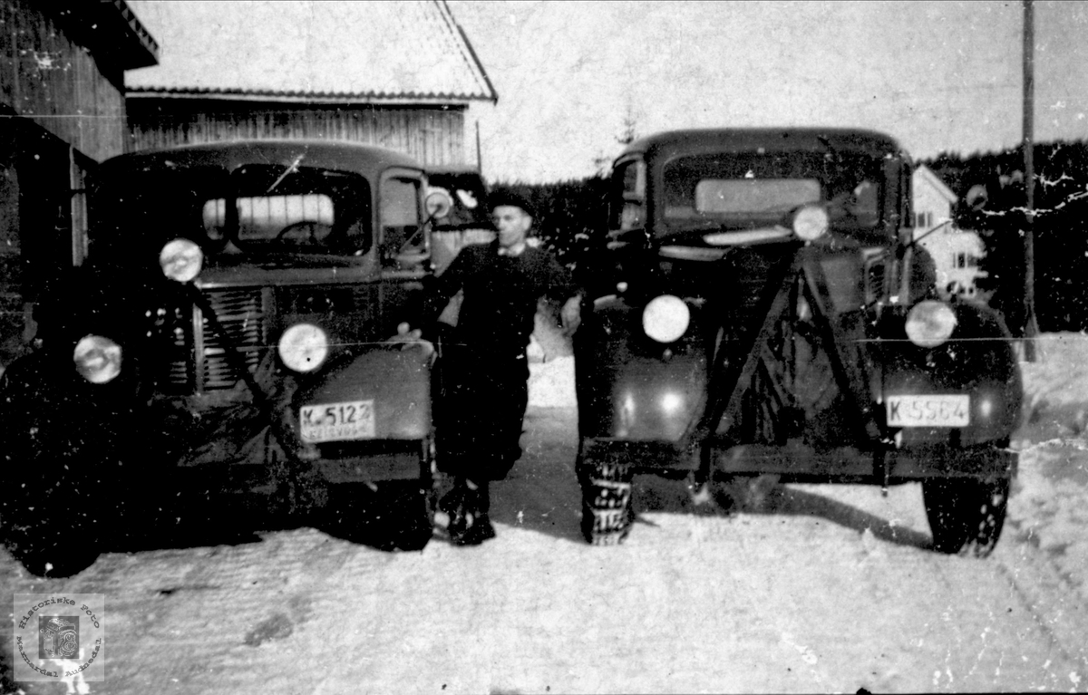 Til venstre, en Bedford lastebil, årsmodell 1946-53.