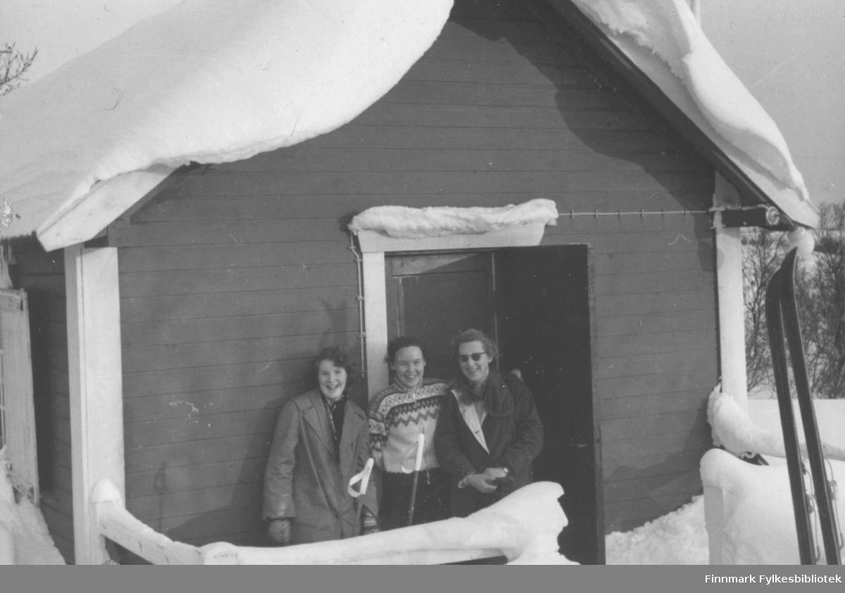 Skitur til Søsterhytta i 1958, tre blide kvinner på trappa. Fra venstre: Jorunn Stock, Ruth Ellila, en ukjent
