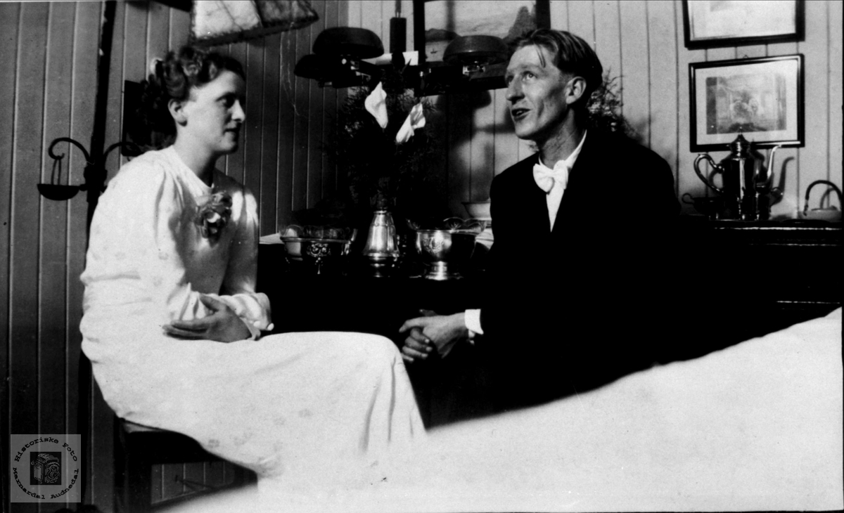 Brudepar i stua. Hjørdis og Ragnvald Glasrud.