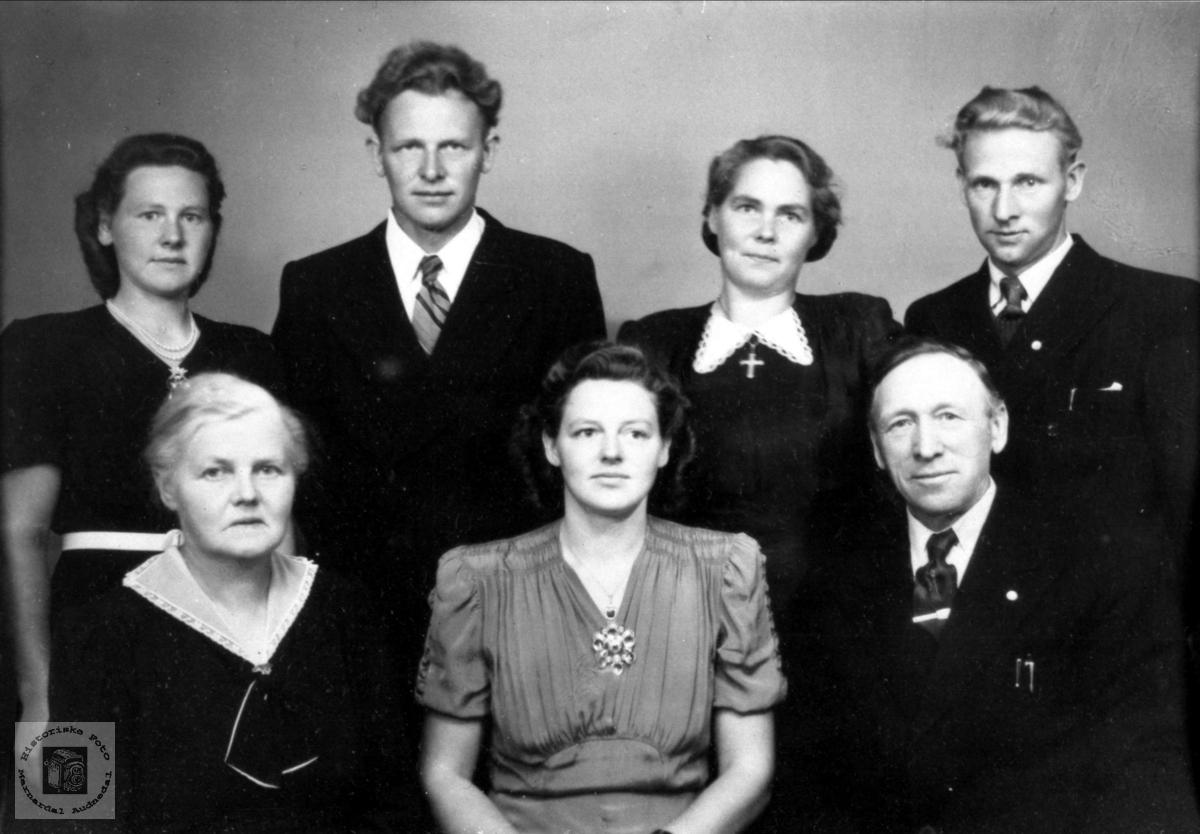 Familieportrett. Anna og Theodor Lindland m/fam.