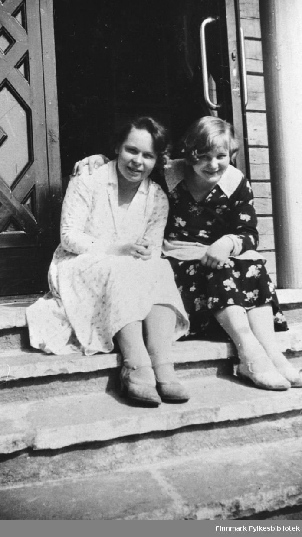 To kvinner sitter på ei trapp i Petsamo / Petsjenga