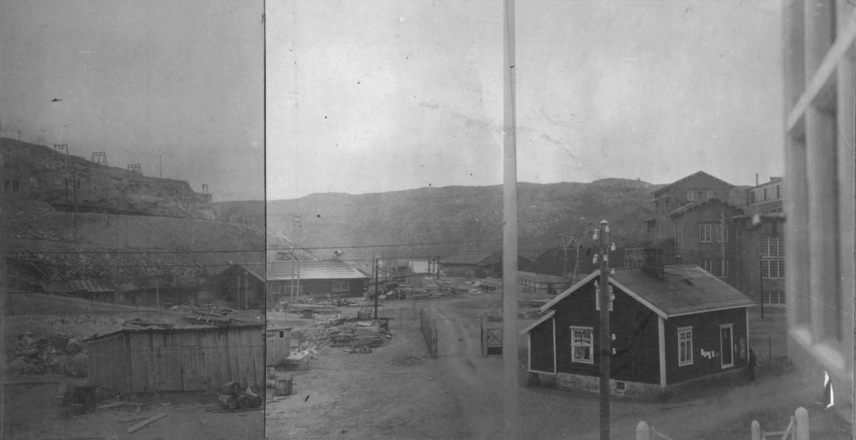 Bilde fra oppbyggingen av Sydvaranger A/S. Dampsentralen under bygging til høyre. Bildet er tatt i 1909.