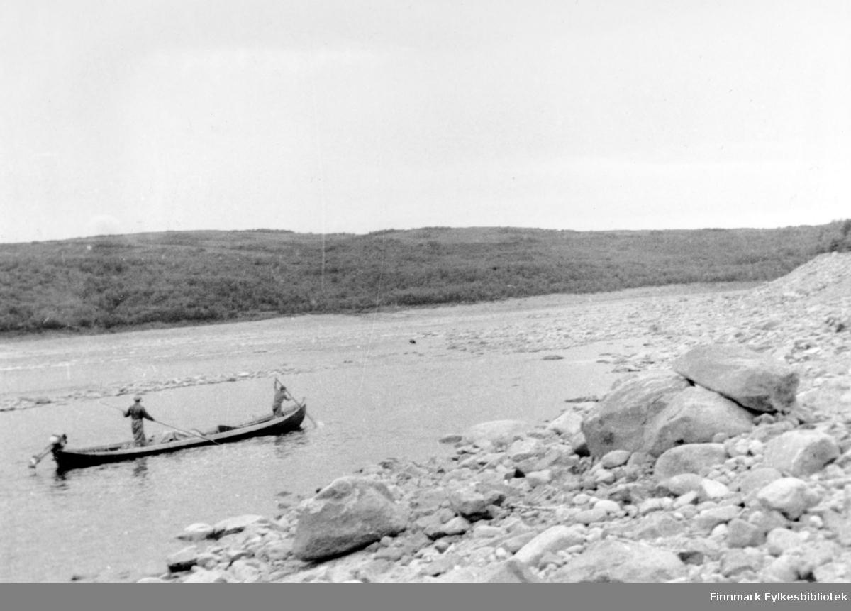 """""""Les Javvre 1947"""". To menn ombord en elvebåt."""