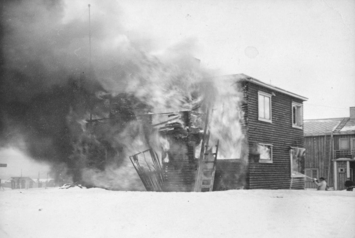"""""""23. Mars 1943 brente vårt hus i Dammsveien 27. Far lå nyoperert for brokk i 2.etg. Vi hadde ei ung samejente på 16 år som hushjelp. I mangel av margarin brukte hele befolkningen tran til å steike fisk og poteter. Det var fisken og trana som berget oss gjennom 1943 og 44. Men råtrana måtte """"brennes"""" før bruk for å få bort den verste transmaken. Det var helt enkelt å koke trana i ei panne, slik at trandampen gikk til himmels. Dette skulle gjøres, mens hushjelpa gikk opp i 2.etg. med mat til min sengeliggende far. Hadde noen hørt om selvantennelse? Da dama skulle ned trappa fra 2.etg. slo tett røyk opp og blokkerte den eneste nedgangen. De fikk slått dobbeltvinduene ut og ropte om hjelp. Det kom heldigvis folk til og fikk flyttet stigen fra baksiden av huset, så de to kom seg ned, far barbeint i pysjen, ned i snø og glassbrått."""""""