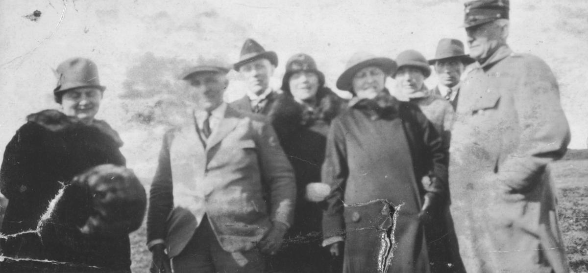 """""""Nobiles besøk med """"Norge"""" i Vadsø. Til høyre E.J.Lebesby.""""  Nr.2. fra venstre er Nobile. Ernst J. Lebesby var med i mottakelseskomiteen da Nobile og Amundsen mellomlandet med luftskipet """"Norge"""" i Vadsø på sin vei til Norpolen i 1926."""