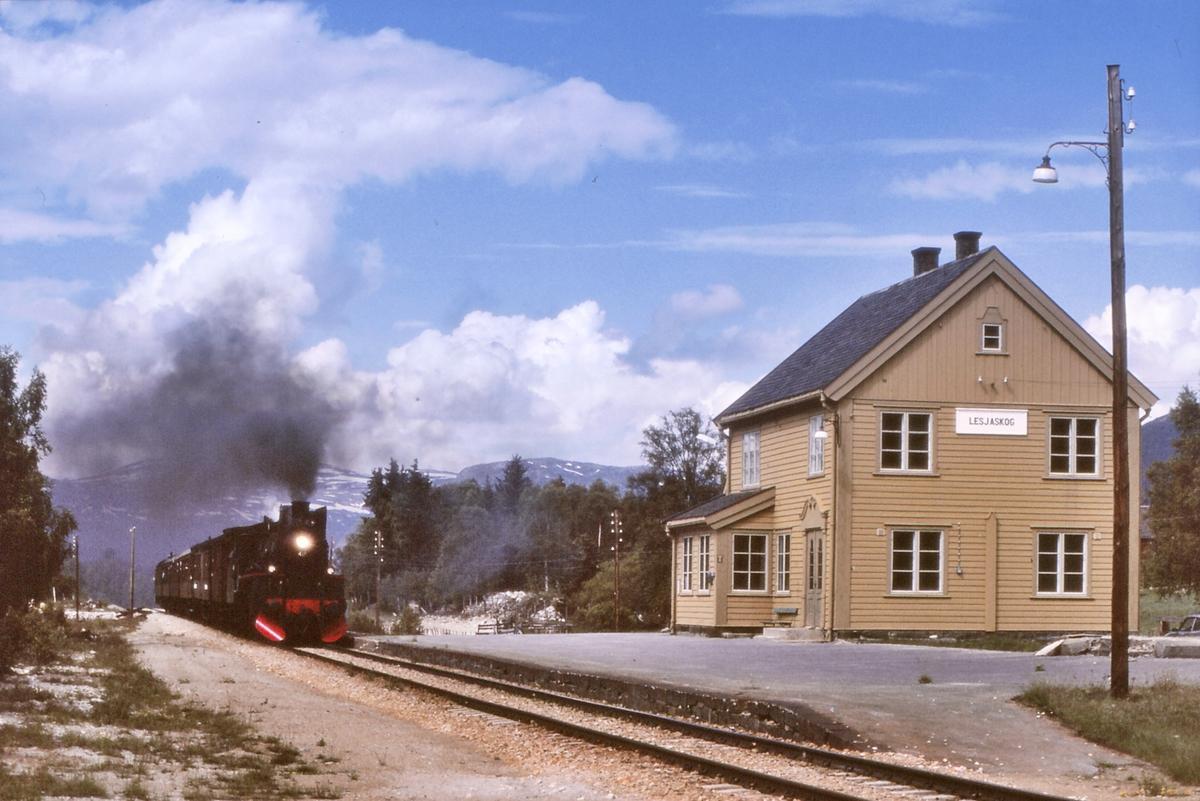 Lesjaskog passeres. Ekstratog Åndalsnes - Hamar med NSB damplokomotiv 26c 411.