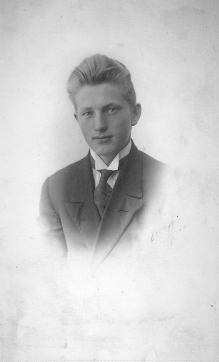 Nils Persen (Klaussen fra 1925) ca.1919. På dette bildet er han muligens konfirmant. Han ble født i Jarfjord 15. juli 1905, døpt i kong Oscars kapell, og døde 7.januar 1974 i Oslo.