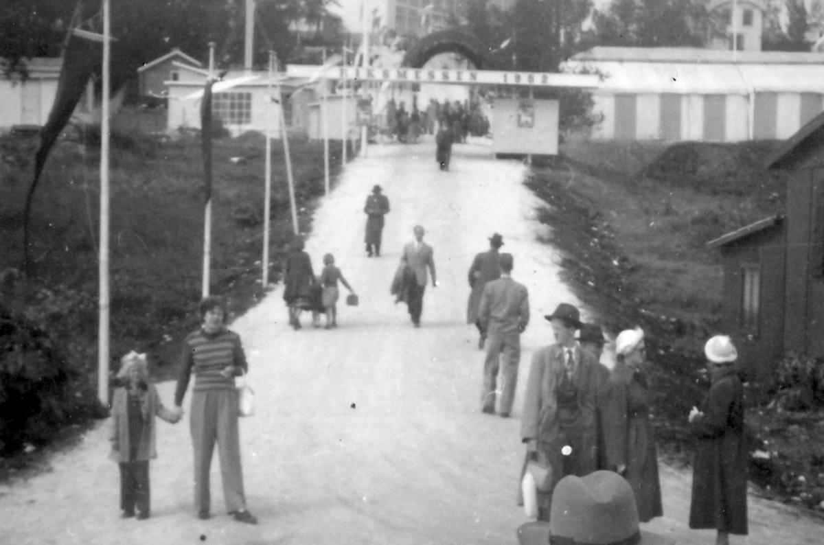 Fra Riksmessen i Tromsø, sommeren 1952. Inger Lill og Mary Lill er de to som står til venstre i bildet og holder hverandre i hendene.