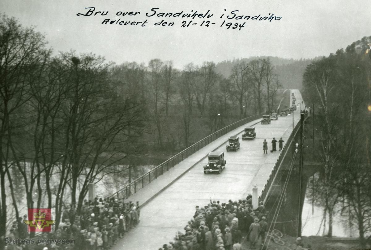 """Album fra 1940. I følge merking på bildet: """"Bru over Sandvikelv i Sandvika. Avlevert den 21-12-1934""""."""