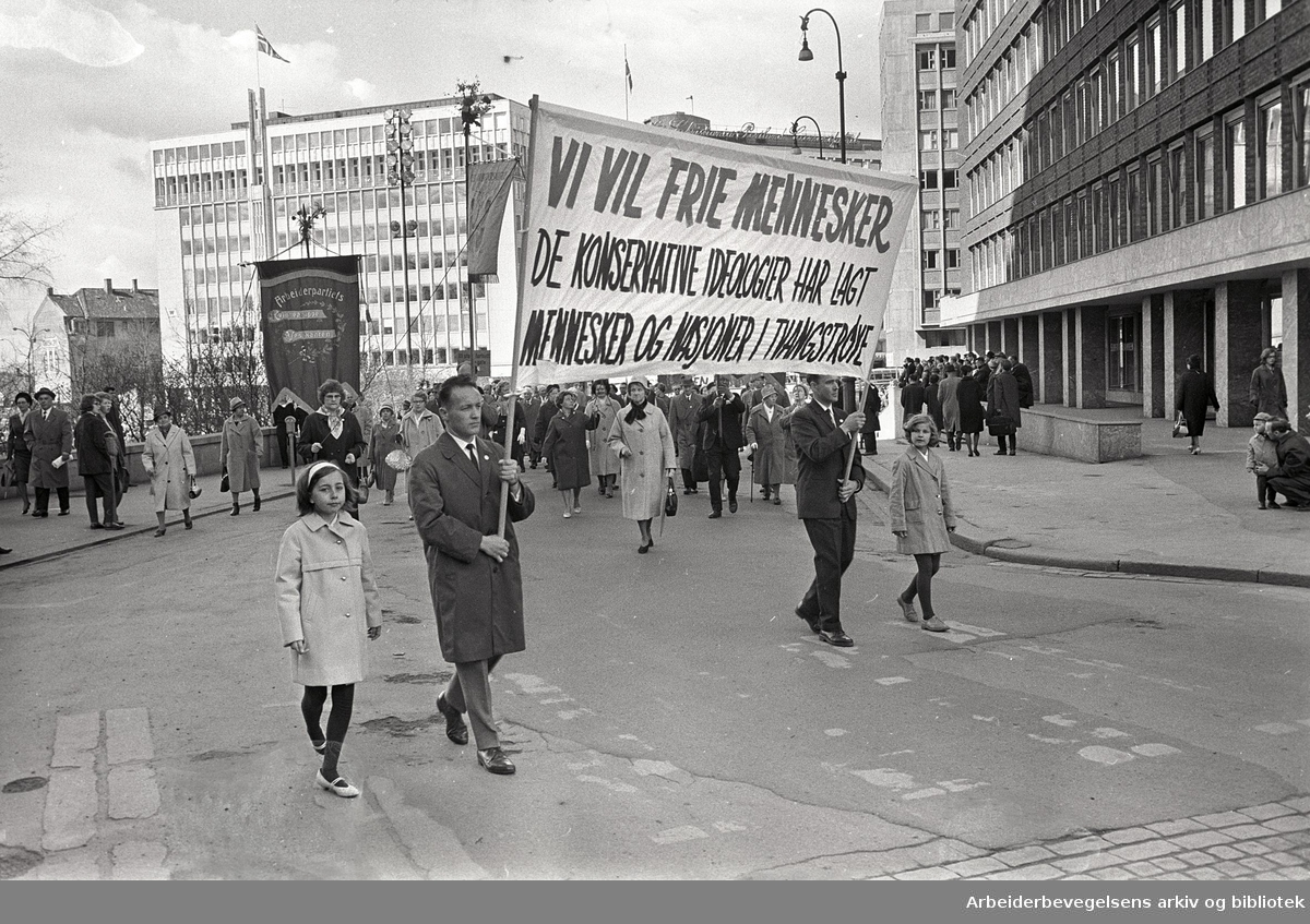 1. mai 1964 i Oslo.Demonstrasjonstoget ved Rådhusplassen.Parole: Vi vil frie mennesker.De konservative ideologier har lagt mennesker og nasjoner i tvangstrøye.