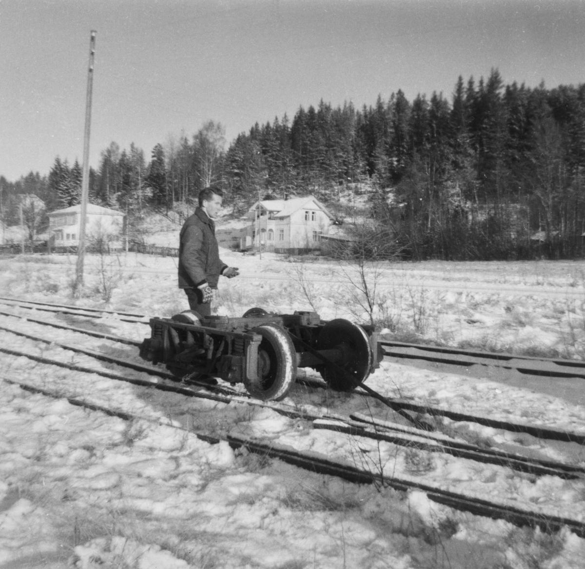 Personvogn CFo 5 hentes fra Skulerud til museumsbanen på Sørumsand. Her trilles en av boggiene frem til lastebilen.