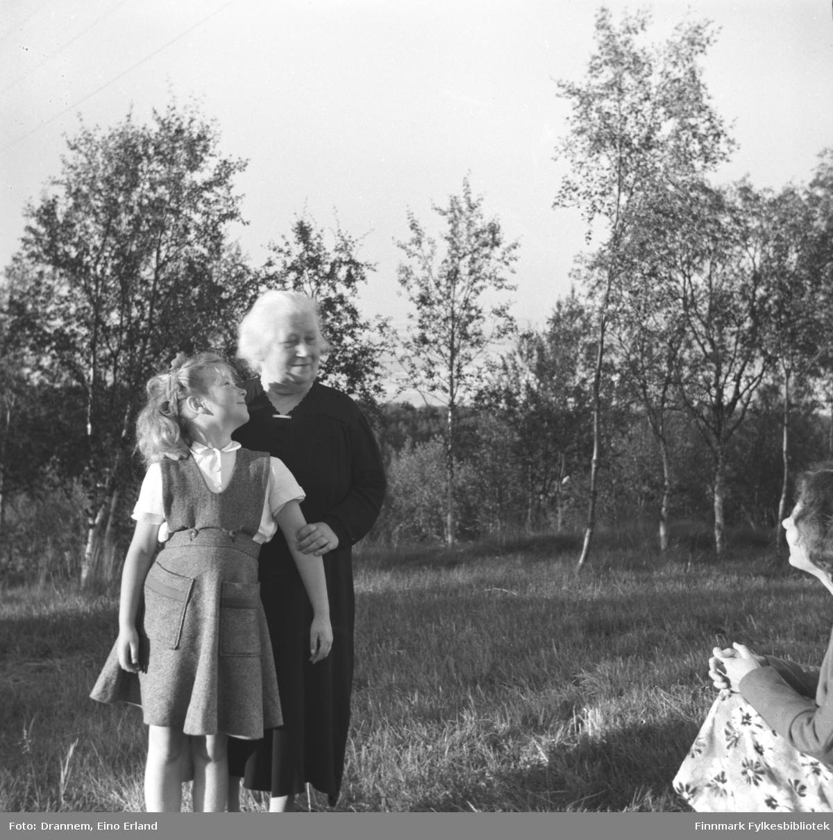 Turid Lillian med sin bestemor Josefine Bergitte, til høyre i bildet Jenny Drannem