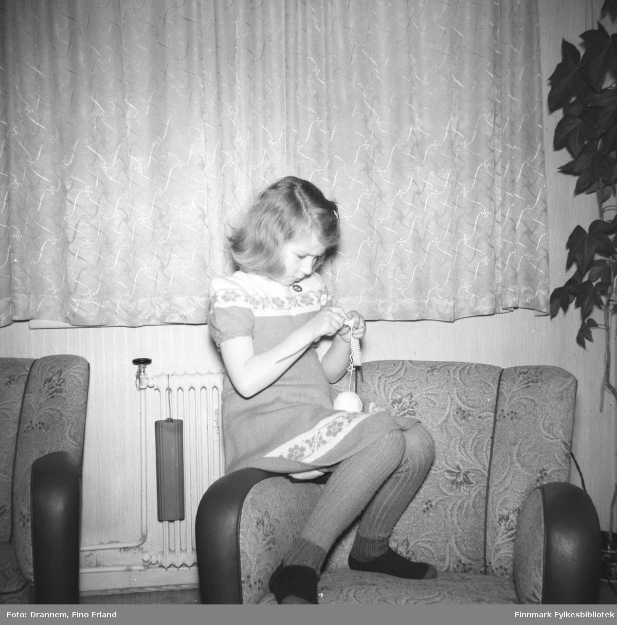 Turid Lillian sitter i lenestolen og hekler