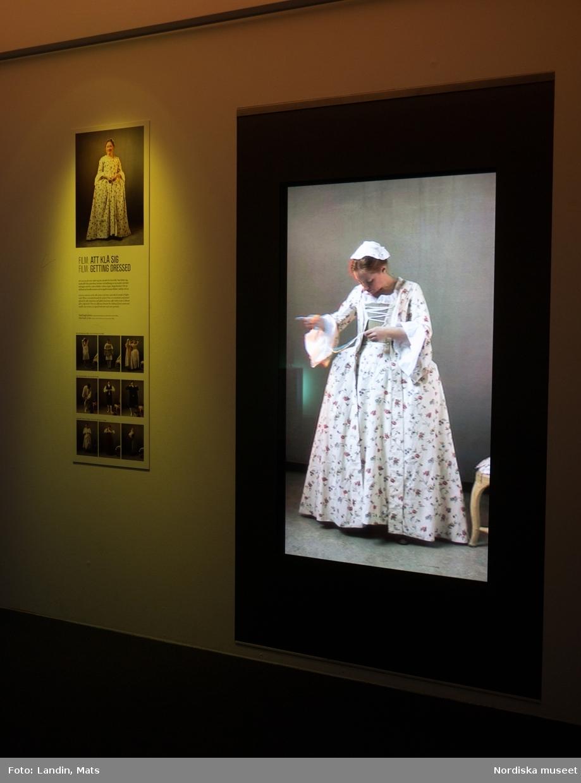 Filmad i höjdformat för stående projektion Filmad i Nordiska museets atelje. Framtagen för utställningen Modemakt som öppnade 2010.