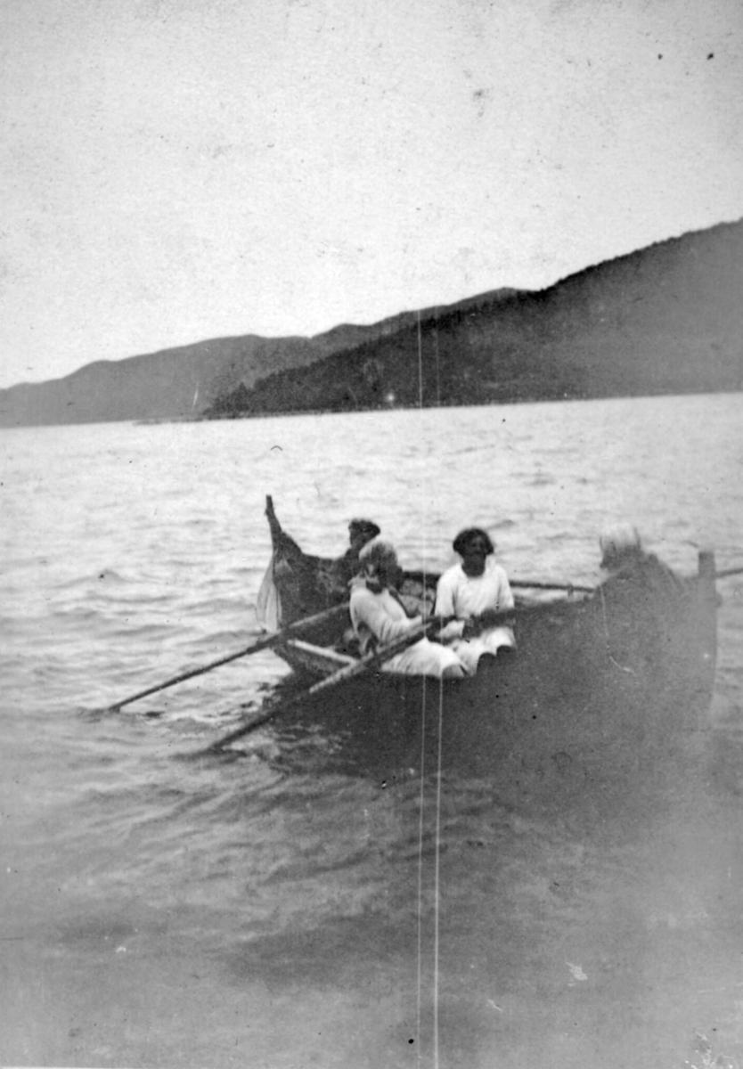 Flere ukjente personer er ute og ror i en Nordlandsbåt. Stedet er også ukjent, men det kan være i Kvalsund kommune.