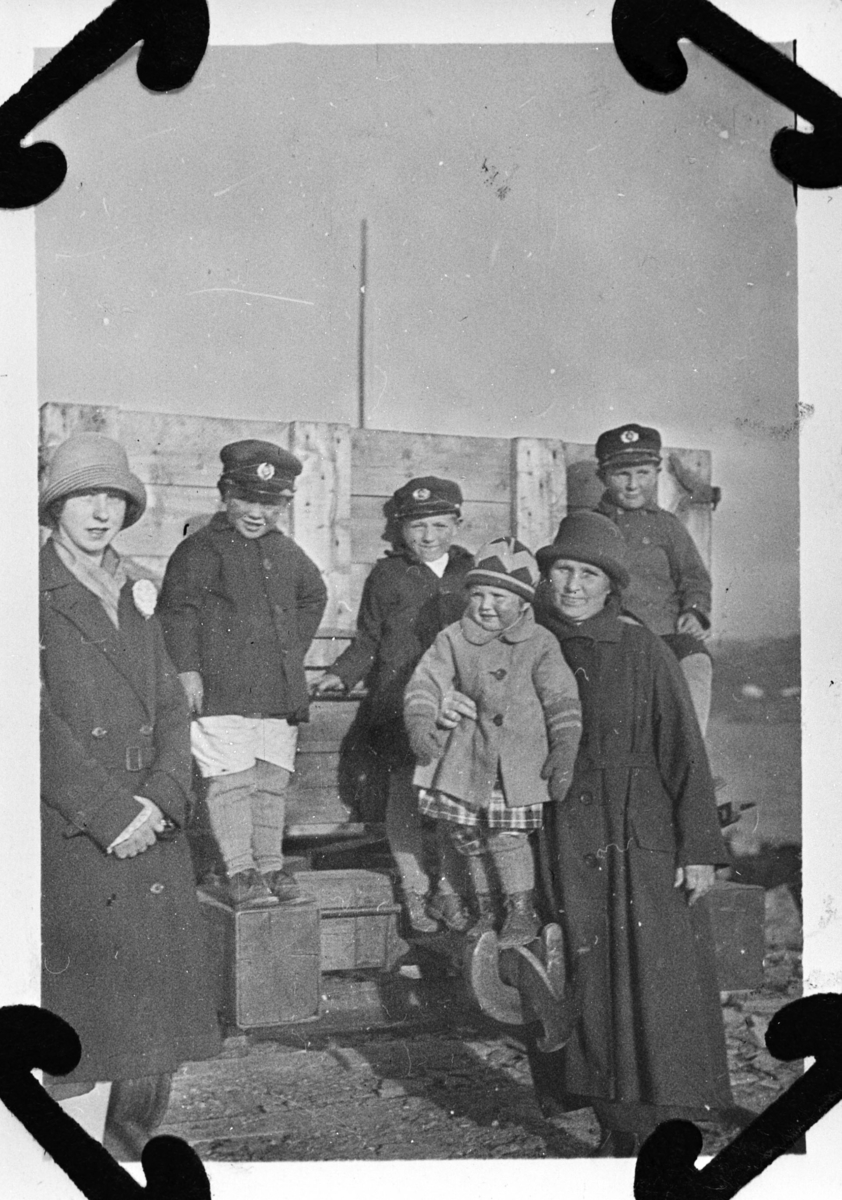 Tatt på vestermoloen i Berlevåg. Fra venstre: Esther, Rolf, Thore, Rakel og Kathinka Lein. Til høyre Reid Holmen. De står foran av en tilhenger i tre.