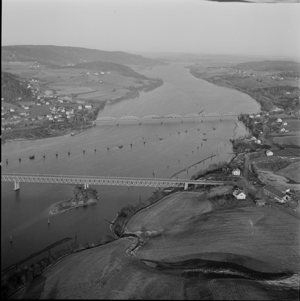 Flyfoto over Fetsund. Fetsundbrua og tømmer langs elvebredden