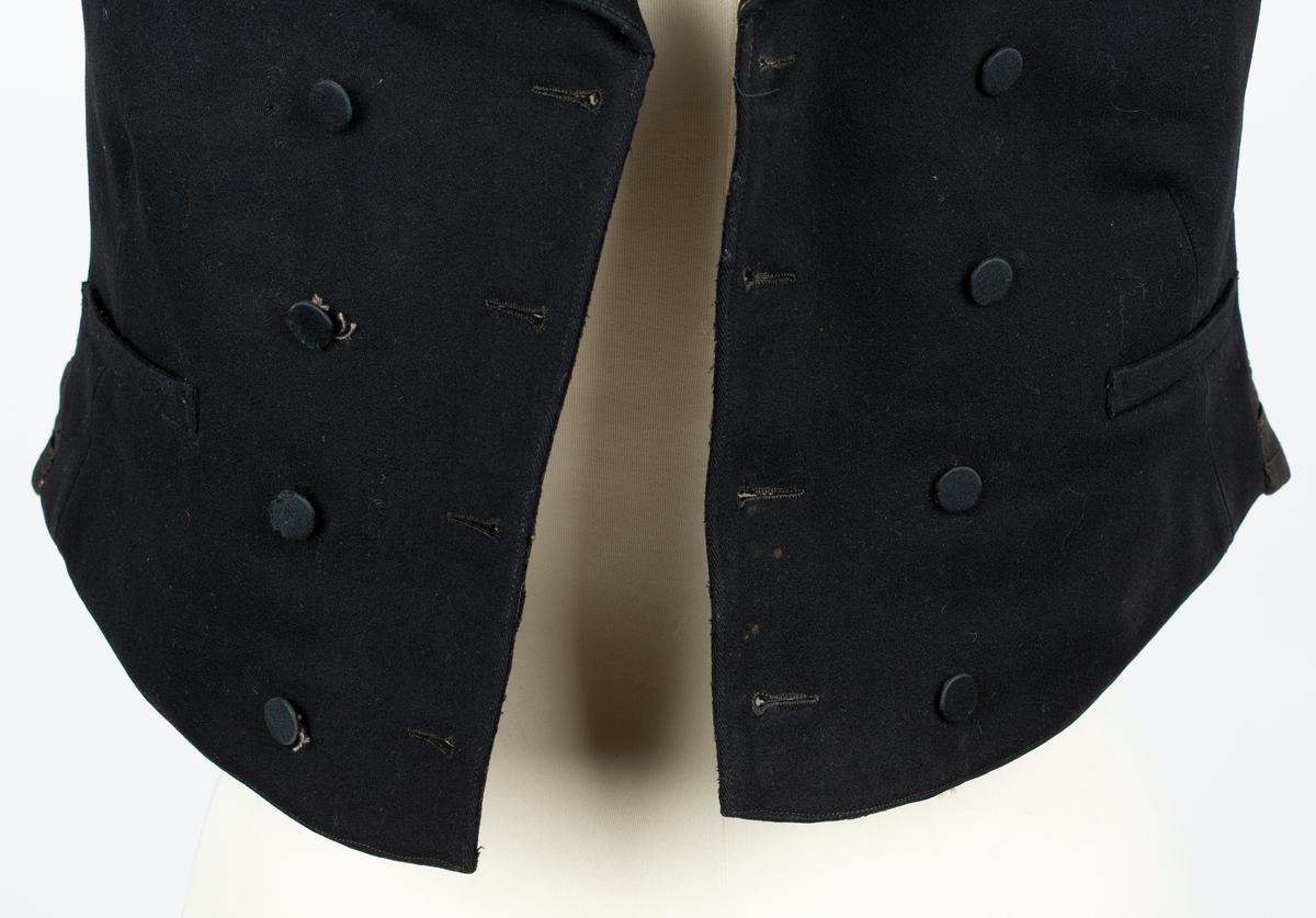 Vest. Dobbeltspent, knappes begge veier med 4 knapper trukket med silke og knapphull på hver side. Sjalskrage, innsvinget, skrått lengdesnitt fra livet. spensel i rygg. 3 lommer, l forstykke foret med gulbrunt tynt bomullstoff, bakstykke i brunsvart  diagonalvevet stoff. Helforet med lys brunt diagonalvevet stoff.  Vest har ant. tilhørt Ole Helgesen Gaavim på Gaavim gård i Kroer, eller hans sønn Jens Gaavim. Giver: Fanny Aschim. Se personpost