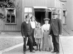 Postmästare Erik Moberg med familj. Den lille pojken är Carl